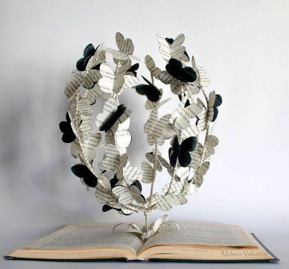 Die Struktur der Schmetterlinge - Buchkunst - Buch-Skulptur - geändert Buch   Die gesamte Skulptur besteht aus einem ausrangierten Buch.  Die zentrale Struktur ist voller Schmetterlinge, hergestellt aus Buch-Papier und schwarzer Seide.   Ungefähre Dimensiosn: 28 x 22 cm x 26 cm Höhe  Es hat mit Schutzlack und spritzwasserfest gesprüht wurde.  Ich post meine Artikel per Einschreiben mit der tracking-Nummer.   Bitte beachten Sie, dass diese Skulptur ist bereits verkauft, ich mache eine genau…