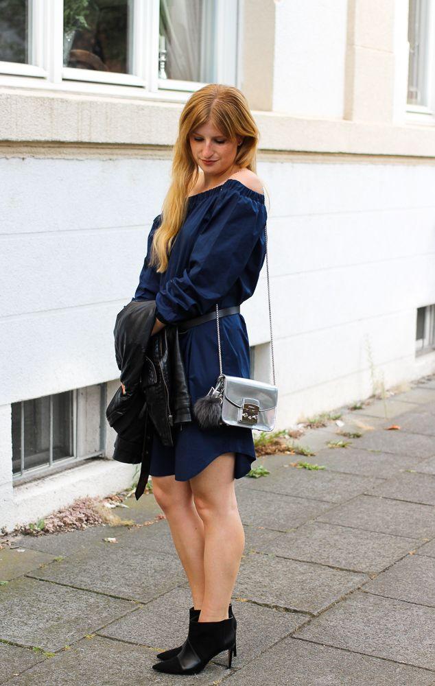aba78d5e6fc9 Dunkelblaues Off-Shoulder Kleid mit Stiefeletten mal anders ...