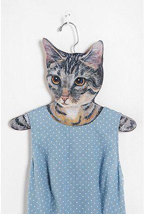 Kissasta vaatteet riippumaan