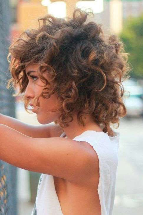 Capelli ricci scalati corti | Tagli di capelli, Capelli ...