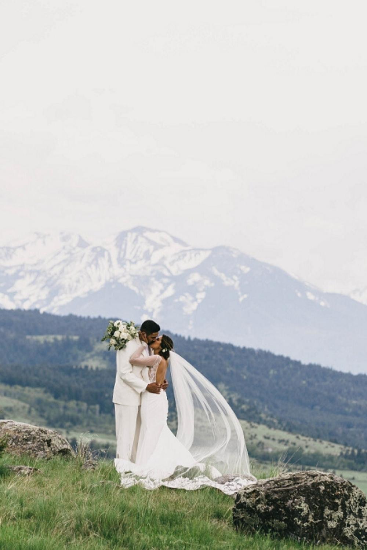 Epic Elegant Wedding At The Yellowstone House Mercedes Justin Blog Jennifermooney Com In 2020 Montana Wedding Venues Montana Wedding Epic