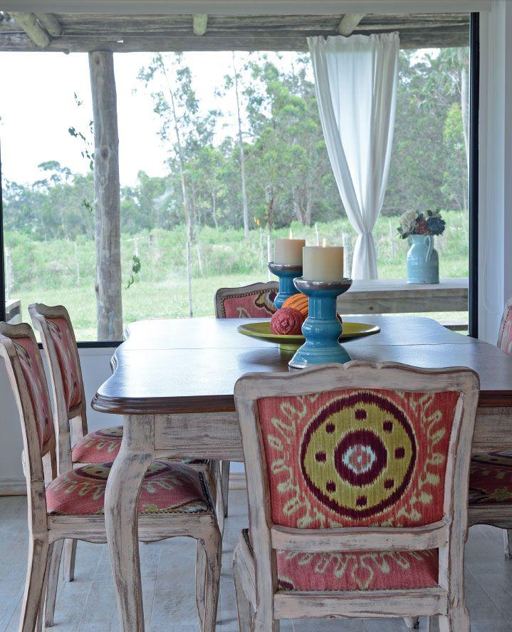 En el comedor la mesa y las sillas de cedro revivieron for Sillas comedor color beige
