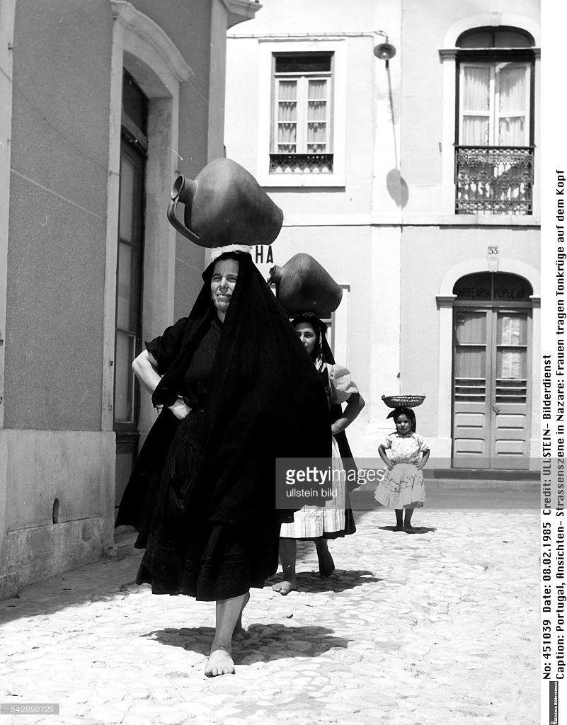 frauen tragen tonkr ge auf dem kopf um 1960 portugal nazar getty images pinterest. Black Bedroom Furniture Sets. Home Design Ideas