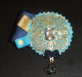 Broche de fieltro Filigrana dorada con piedra brillante / Golden filigree brooch with brilliant stone