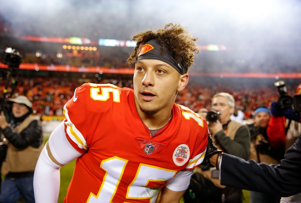 Patrick Mahomes Of The Kansas City Chiefs Looks For Oakland Raiders Kansas City Chiefs Cheerleading Pictures Kc Chiefs