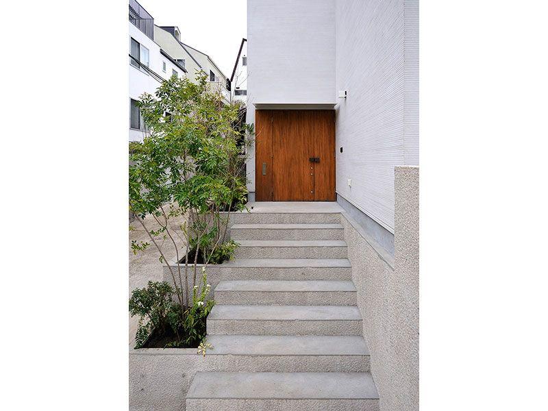 アプローチ 階段に合わせて配置された植栽 玄関アプローチ 階段