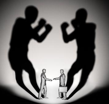 Hombres con maletín discutiendo sus sombras
