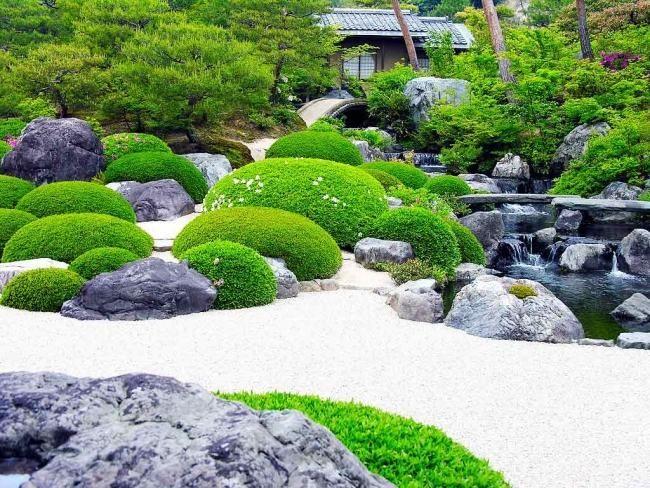 Japanischer Zen Garten Moos Steine Weißer Kies Teich