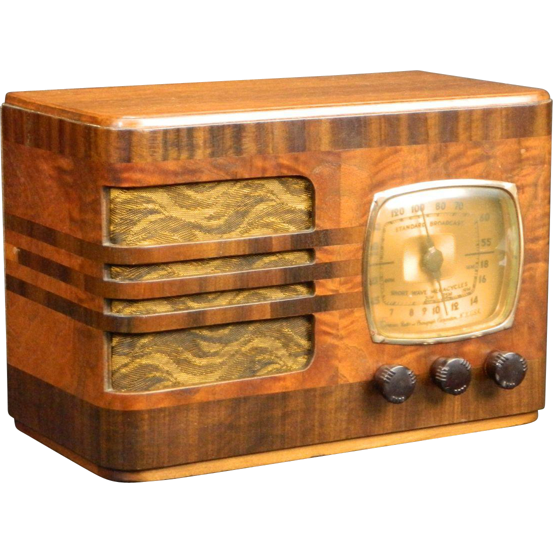 Beautiful Vintage 1939 Emerson Am Radio The Performance Of This Radio Matches Its Beautiful Appearance For Sale At W Antique Radio Vintage Radio Old Radios