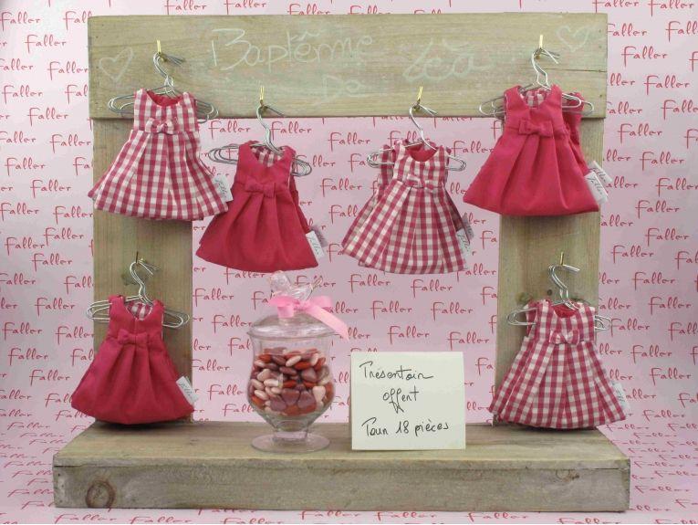 dragees bapteme dans robe rose et blanche avec fleur rose bapt me fille pinterest robes. Black Bedroom Furniture Sets. Home Design Ideas