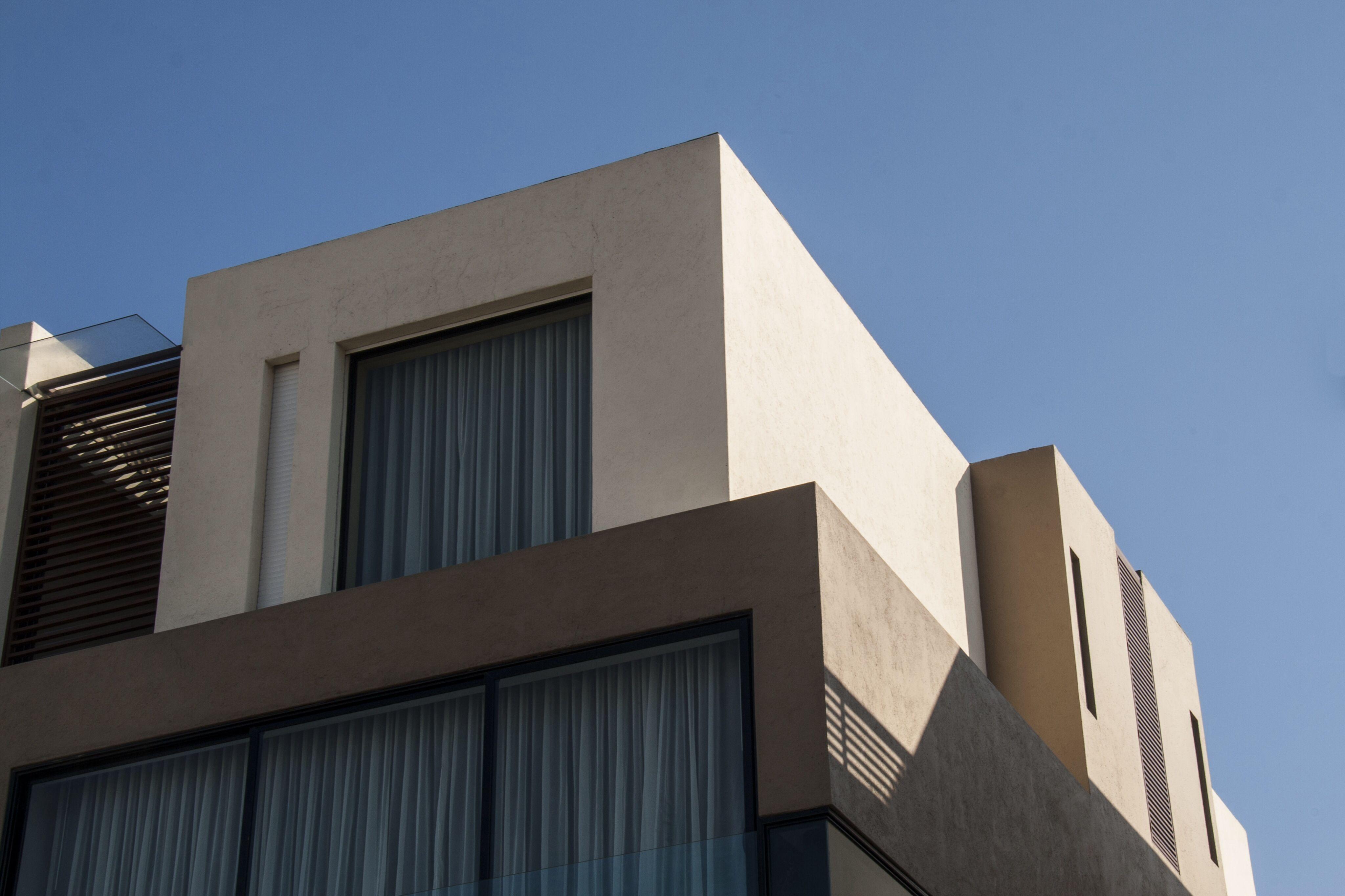 Casa ss fachada ventanas aluminio negro juego de luz for Fachada aluminio
