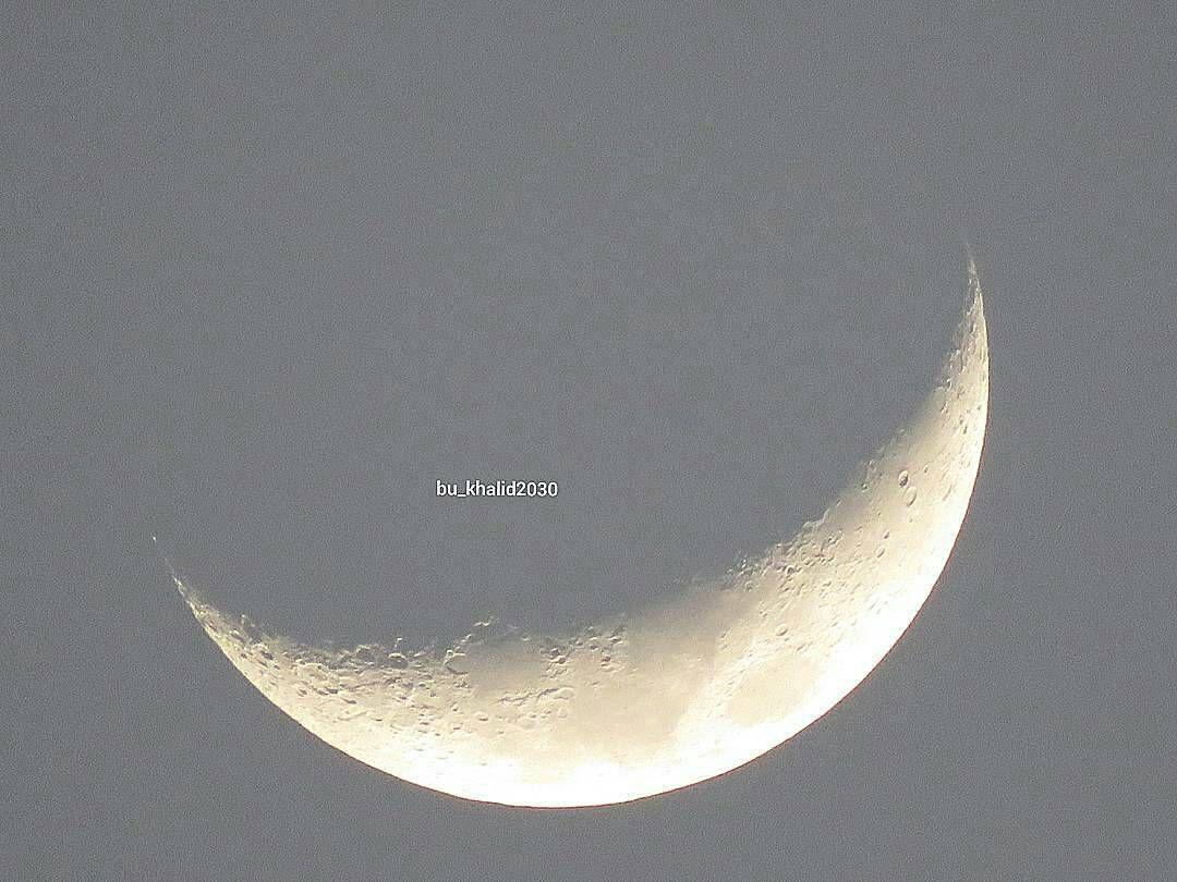 Bu Khalid2030 شبكة أجواء القمر في سماء ابوظبي قبل قليل سبحان الله ابداع تصويري بوخالد الامارات القمر هلال فلك Instagram Posts Instagram Photo