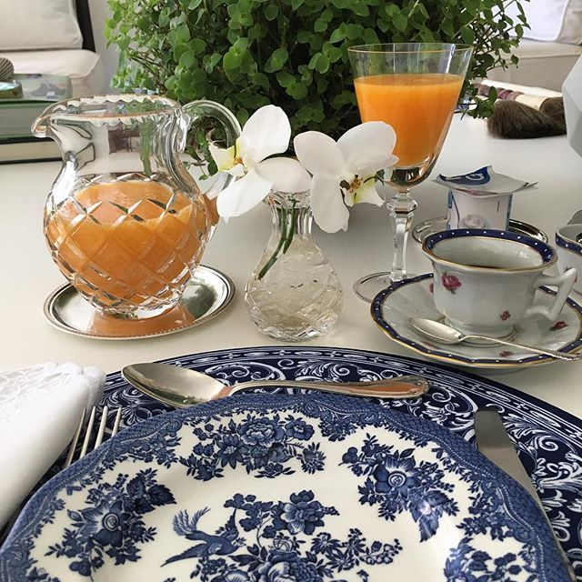 Meu dia começou com azul #mesaposta #breakfast #home #olioliteam #oliolilifestyle #tablesetting #englishporcelain #latabledegiselle #rebecaduartehome