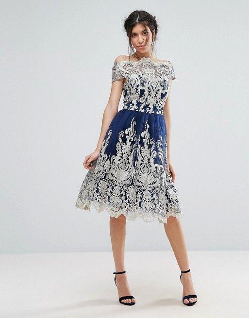 Compra Vestido de graduación con cuello bardot y detalle metalizado Premium  de Chi Chi London en ASOS. Descubre la moda online.