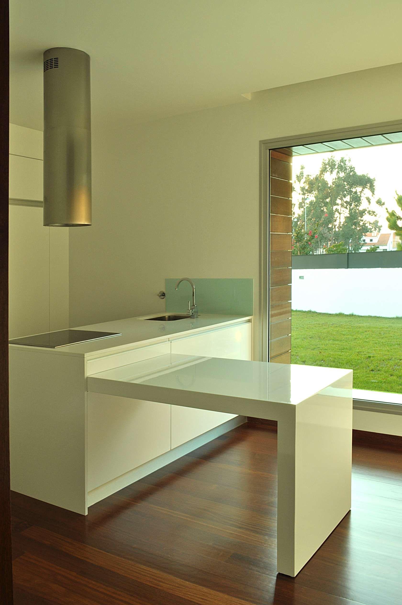 Diseño de casa cuadrada pequeña de dos pisos, construida en hormigón ...