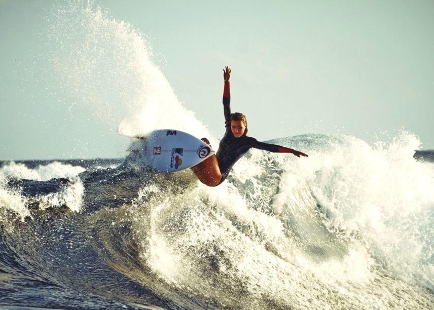 pinterest↠Erin Madruga girl Surf girls, Surfing, Rash