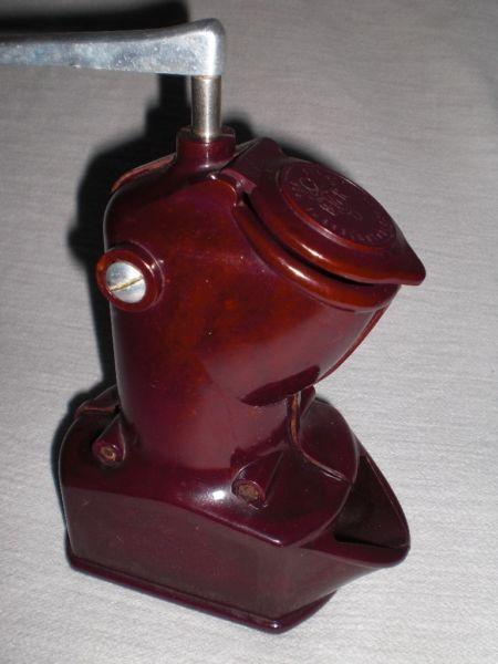 eine alte und seltene kaffeem hle aus rot braunen bakelit der marke dmr 50er jahre die m hle. Black Bedroom Furniture Sets. Home Design Ideas