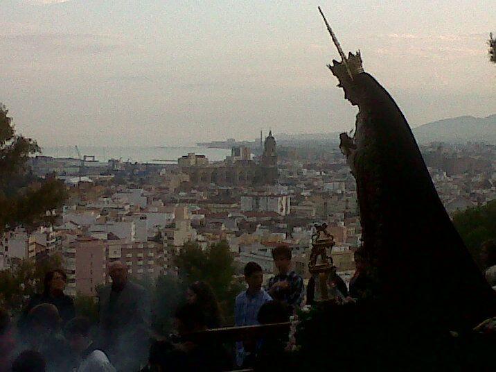 La Málaga cofrade - Vía crucis de la Virgen del Monte Calvario con Málaga de fondo