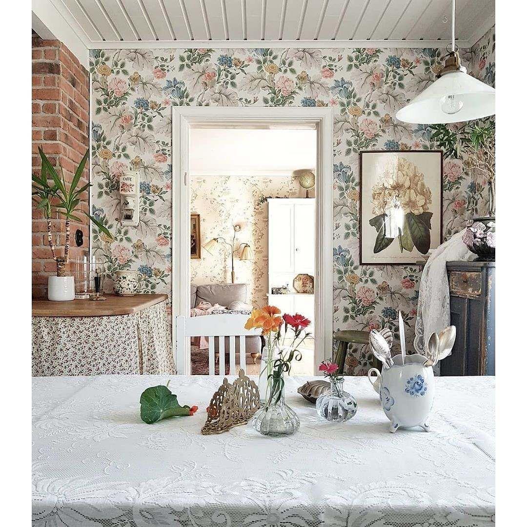 Eine Wunderschon Inszenierte Schwedische Kuche Da Passt Die Carnation Garden Tapete Aus Der Inbloom Von Borastapeter Perfekt Hinein Home Decor Home Decor