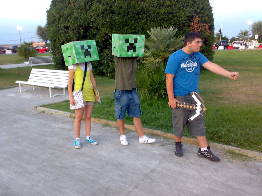 minecraft creepers sneaking up on a kid at minecon.  Visit www.explodingcreeper.com for Minecraft tutorials and Server