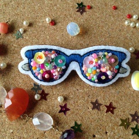 ☆☆こちらは、Magic様ご予約作品です。☆☆美しいブルーが印象的なメガネブローチと、キラキラの王冠にもう目が釘付けなカエルさんブローチです。小振りだけどイン...|ハンドメイド、手作り、手仕事品の通販・販売・購入ならCreema。