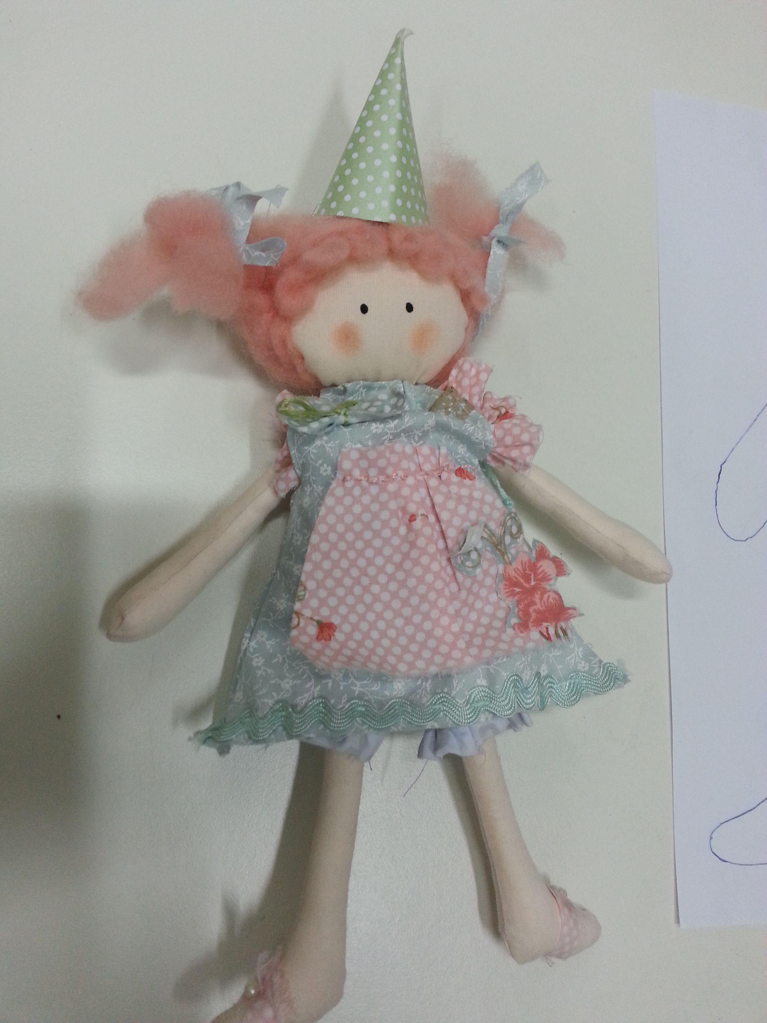 Com 12 cm esta é a Lili. uma bonequinha que com como cada uma de suas 23 irmãzinhas foi morar na casa das amiguinhas da Marina, no dia de seu aniversário!