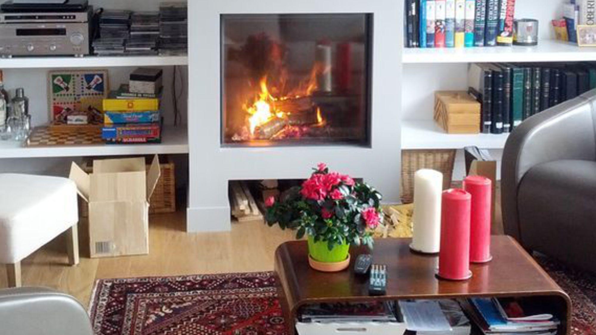 C´té Maison aime l insert de cheminée placé au centre d une