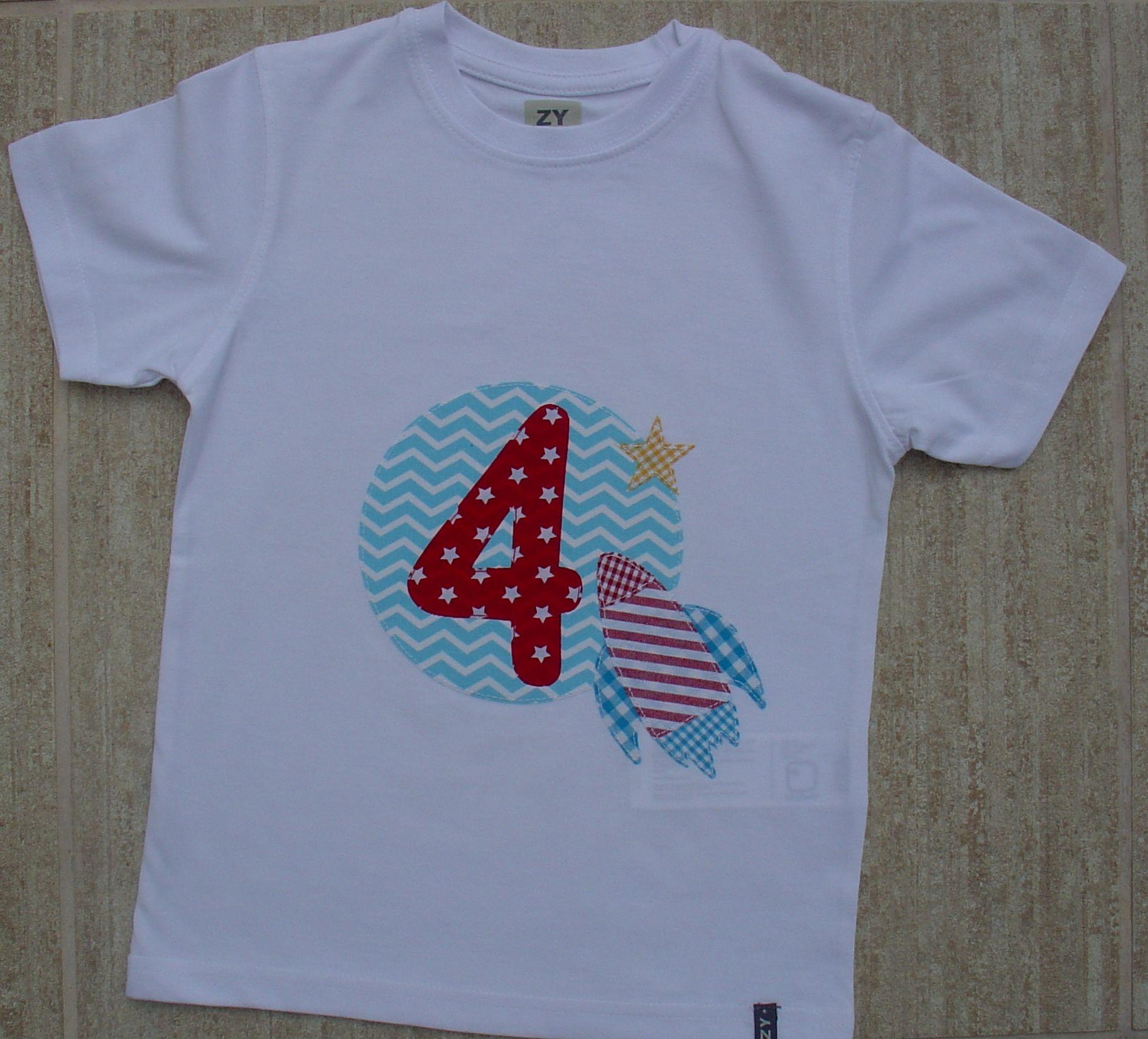 E o pequeno foguetão das riscas vermelhas vai a caminho da lua e das estrelas... Adorei o resultado desta conjugação de cores... T-shirt de menino branca, 100% algodão... Aplicações em tecido e cosidas à mão... Tam: 4/5 anos