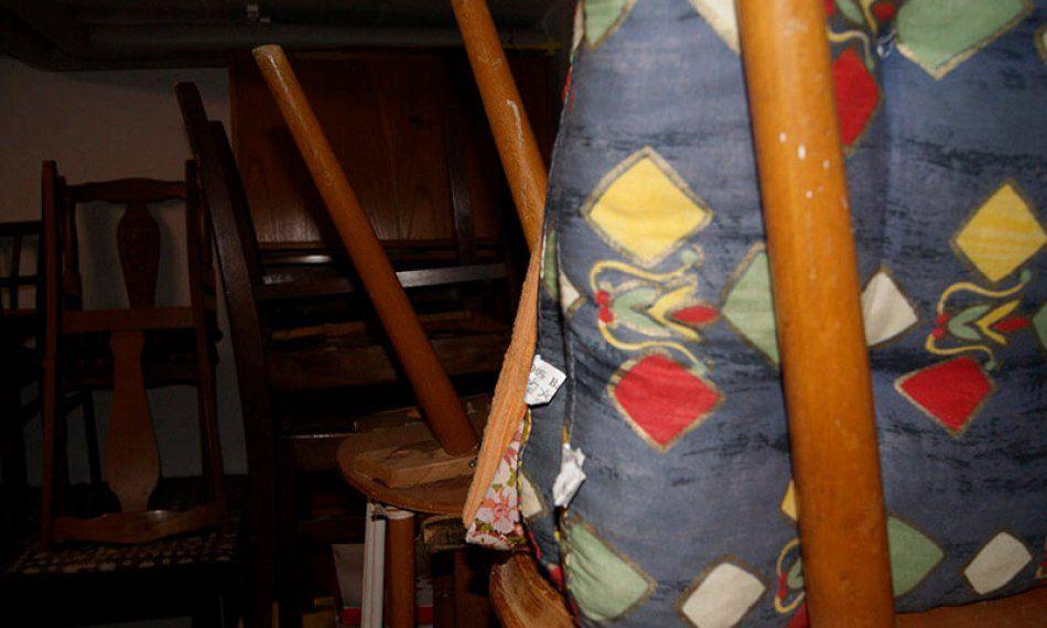 Alte Stuhle Bei Einer Hausauflosung Alte Stuhle Haushaltsauflosung Wohnungsauflosung