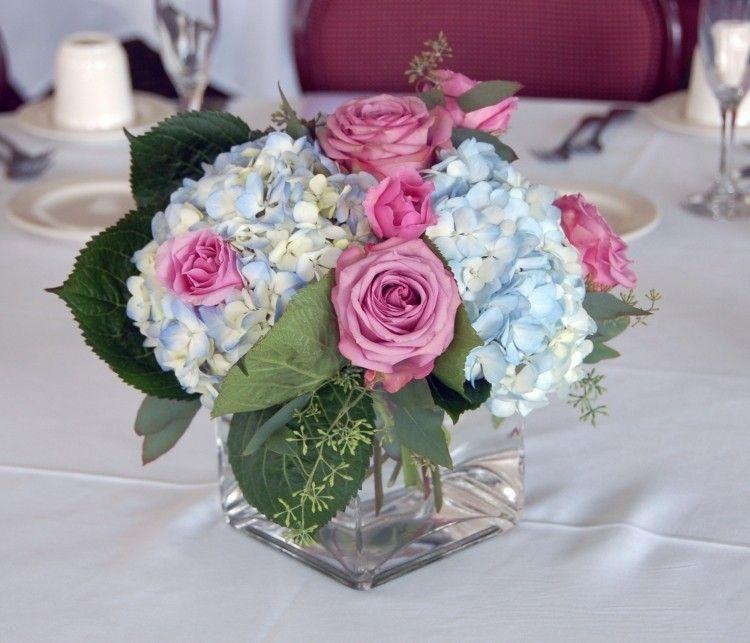 leicht blaue hortensien und kräftig rosa rosen | tischdeko, Gartenarbeit ideen
