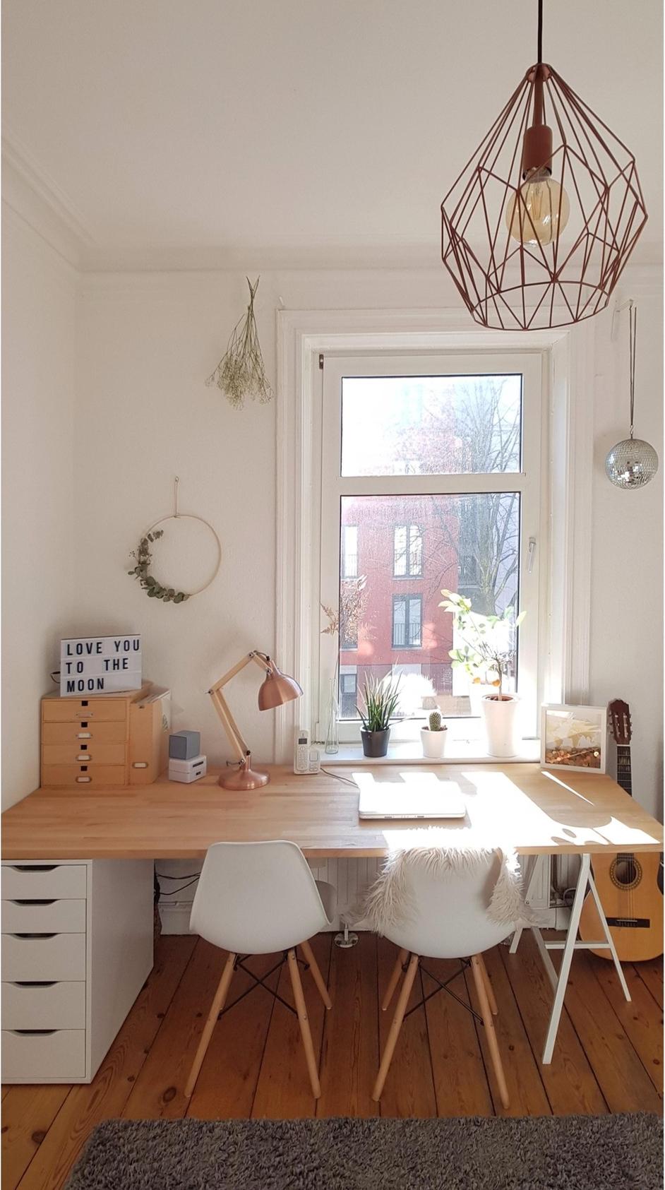 Work, work, work, work, work - An diesem DIY-Schreibtisch von Hamburgdaniahoi arbeitet es sich wie von selbst.  Entdecke noch mehr Wohnideen auf COUCH #wohnen #einrichtungsideen #einrichten #interior #COUCHstyle #diy #diyschreibtisch #diywohnen