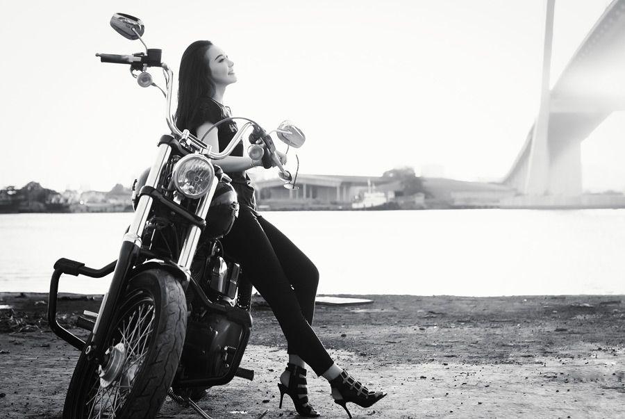 フリー写真] バイクに腰掛けるベトナム人女性でアハ体験 - GAHAG   著作権フリー写真・イラスト素材集   クラシックバイク, ハーレーダビッドソン, 女性ライダー