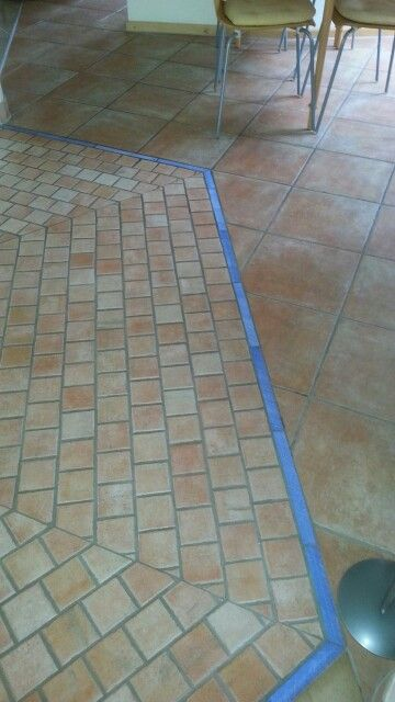 Linke Seite - unglasierter  Terrakottaboden - blaue Bedüre - rechte glasierter Terrakottaboden