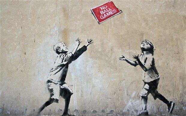 Un mural por el artista callejero Banksy muestra a dos niños que juegan con una