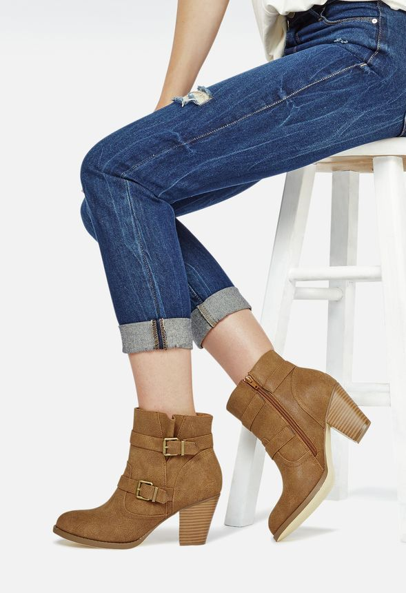 Mitad botas, mitad botín, este modelo con tacón tiene hebillas en la parte…