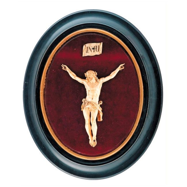 TALLA DE CRISTO EN MARFIL. S. XIX Montado sobre fondo de terciopelo ...