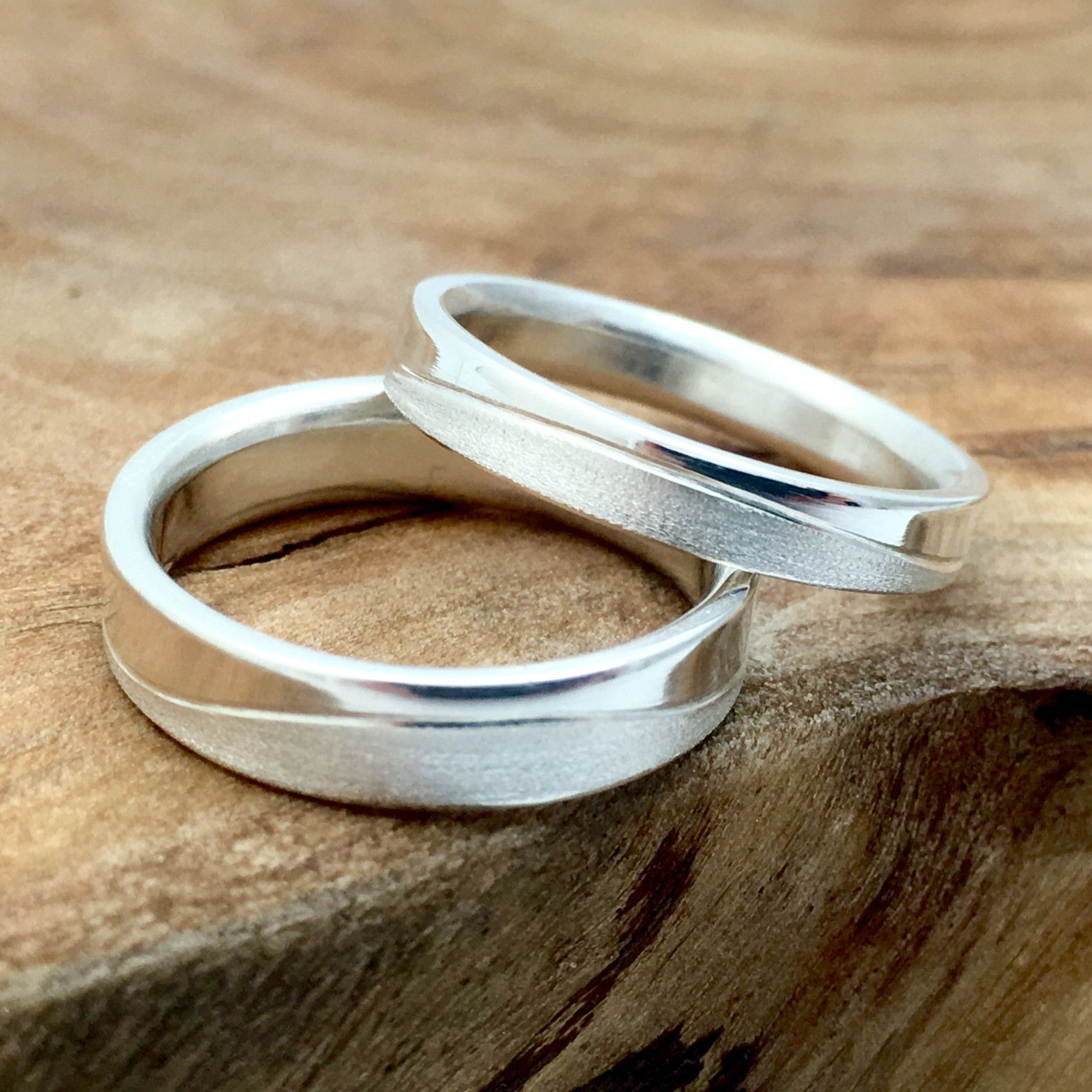 Couple's Matching Wedding Bands with Texture Wave Flower