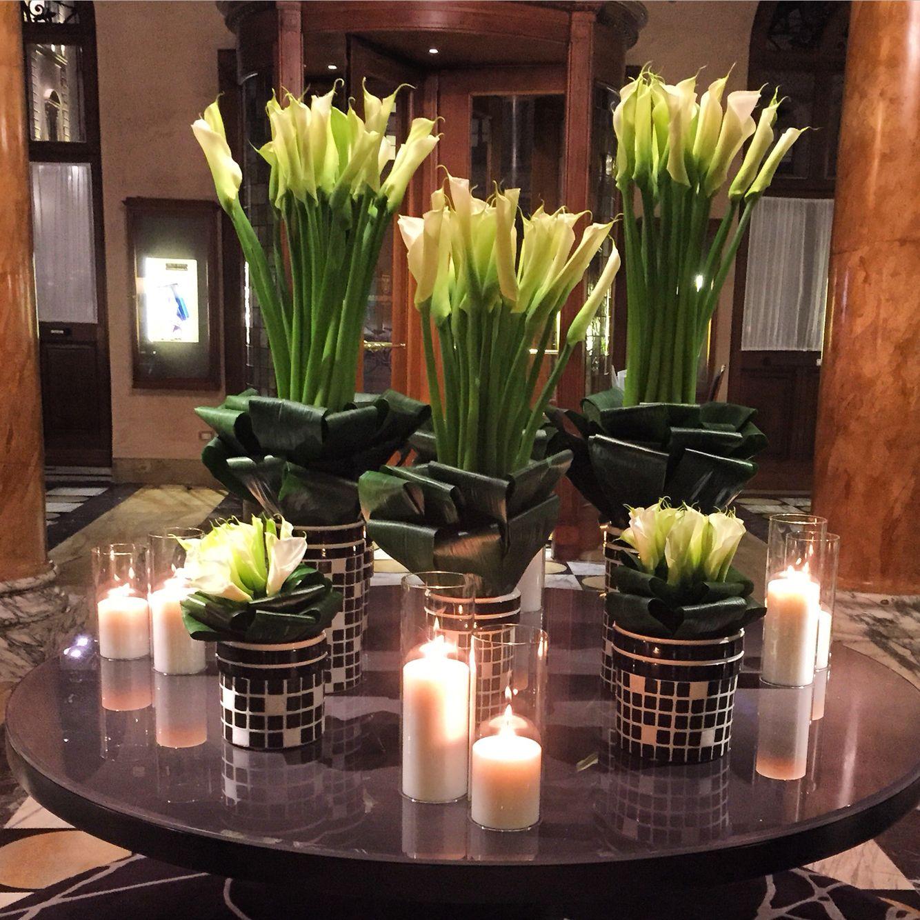 Las Flores han sido desde siempre, la decoración natural más atractiva que existe, las velas por su parte ofrecen una mística relajante #flores #velas #centrosdemesa #decoracion #rennaise #eltesoro #medellin