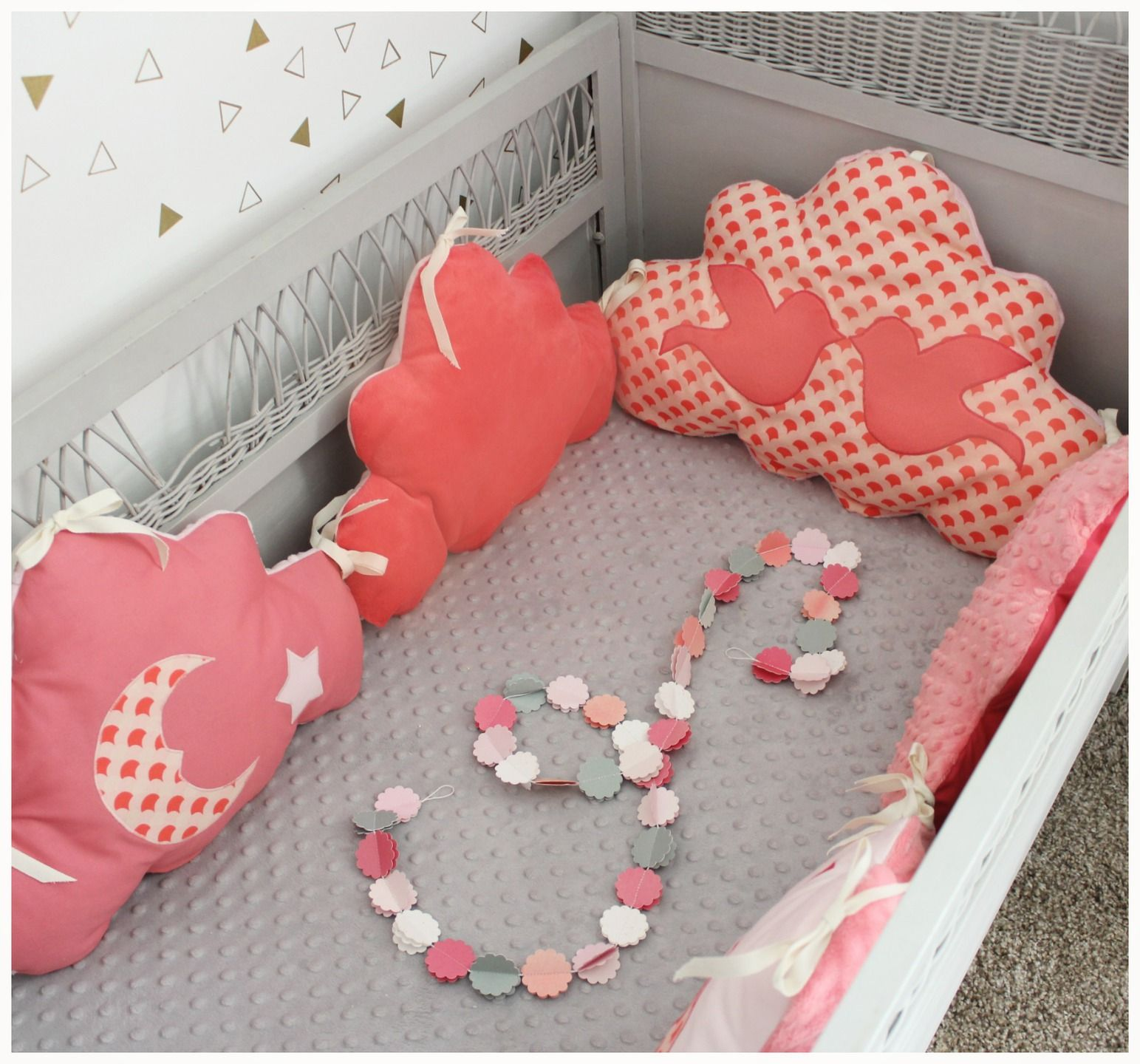 tour de lit nuage th me oiseau corail et rose pale tour. Black Bedroom Furniture Sets. Home Design Ideas