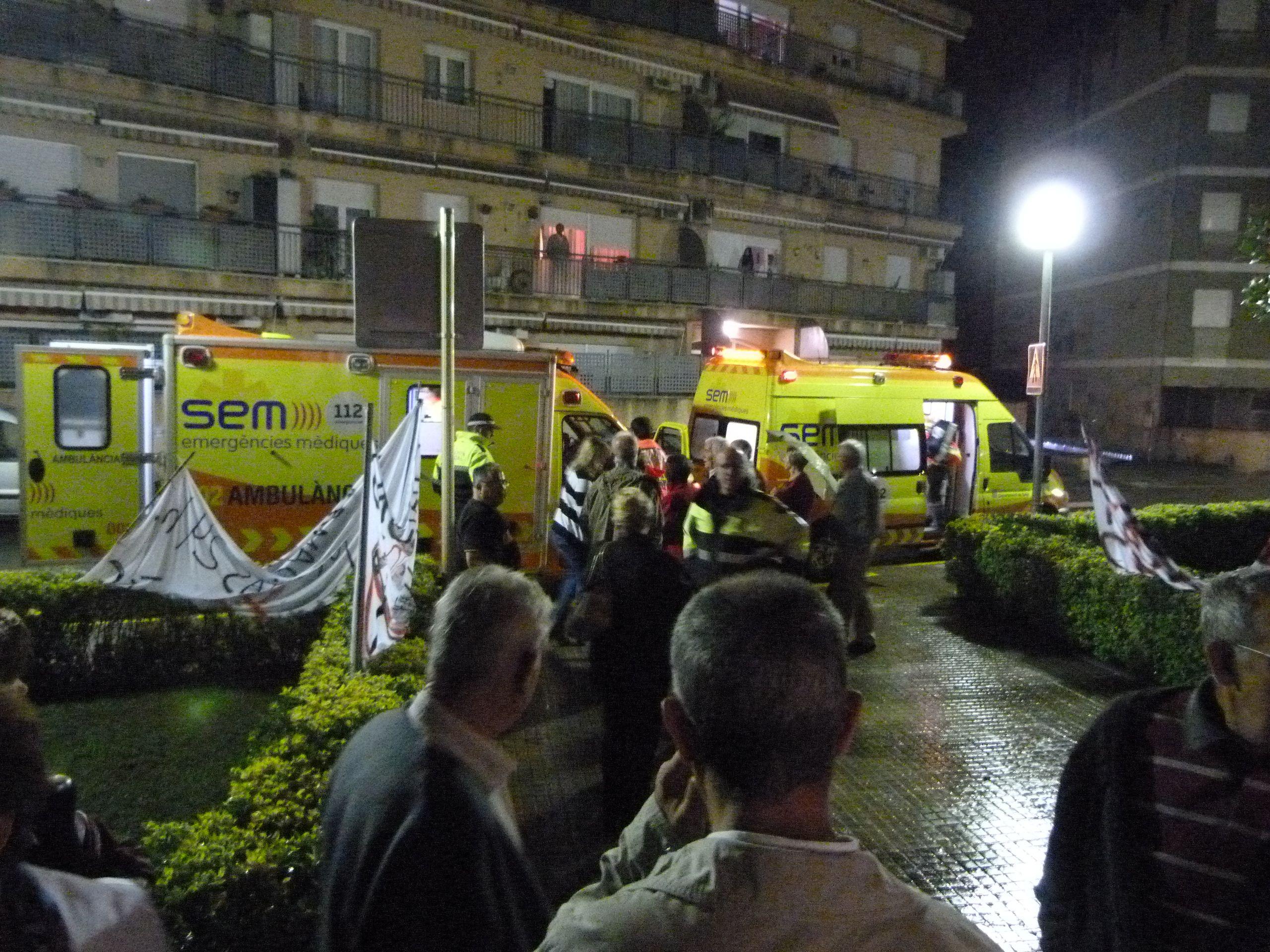 A los pocos minutos llegaron dos ambulancias de las que extrajeron el equipo de reanimación cardíaca. Hoy día, podemos disfrutar de la compañía de nuestro vecino gracias a que las urgencias nocturnas estaban abiertas abiertas