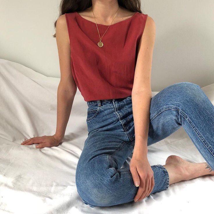 Rote Trägershirt-Blue Jeans überlagerte Halsketten–#Genel