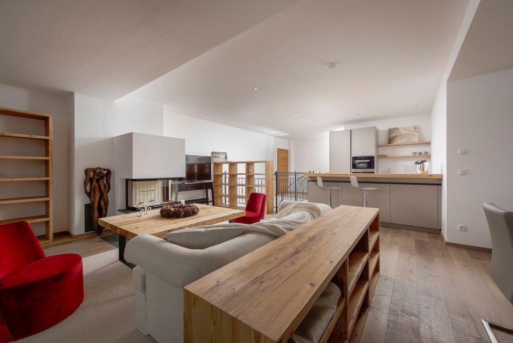 Immobilie Kitzbühel - Offene Küche mit Theke und viel Holz Wohn - offene küche mit theke