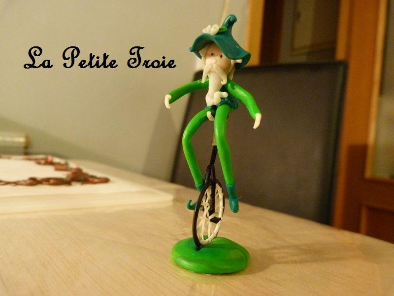 Duende con monociclo  http://lapetitetroie.blogspot.com.es/  https://www.facebook.com/lapetitetroie/  lapetitetroie@gmail.com