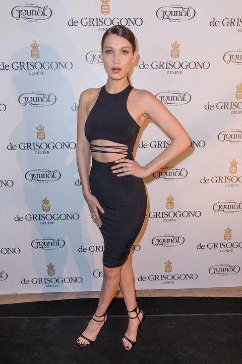 Pura sensualidad la de Bella con este ajustado vestido negro de escote halter con abertura en el abdomen.