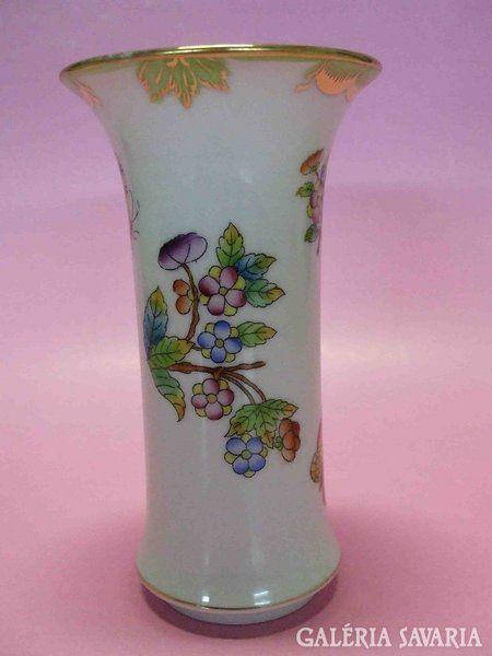 1950-es években készült dúsított Viktória mintás Herendi váza, felső szélén minimális arany kopás / fotóztam/.Méret: 12 cm magas, felső átmérője 6,5 cm.