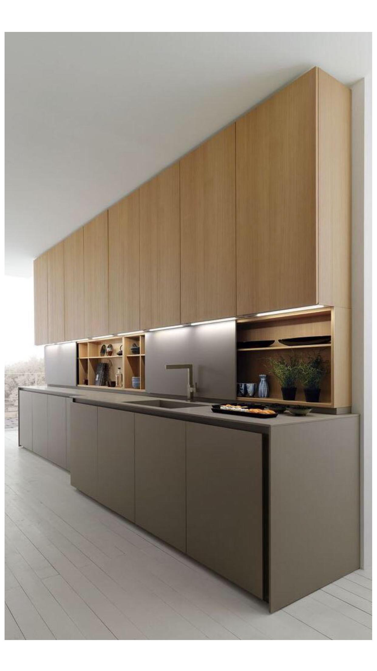 Moderne Küche mit viel Stauraum, naturbelassene Holzfronten in der ...