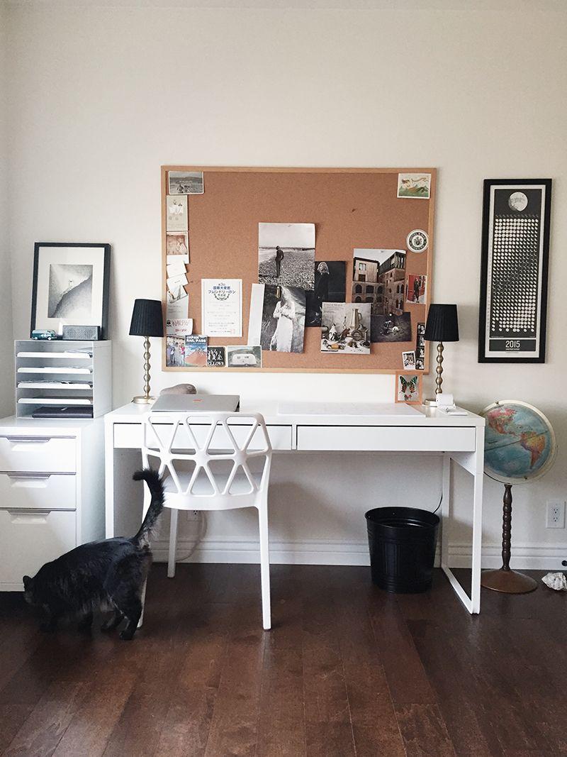 bureau best burs avec un grand tableau de li ge au dessus pour accrocher dessins photos notes. Black Bedroom Furniture Sets. Home Design Ideas