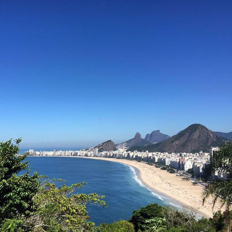 Para tudo e vem pra rua! Domingo lindo de outono visto de cima da Pedra do Leme, no Rio. Marque a gente e mostre como está seu fim de semana! #pedradoleme #leme #riodejaneiro #copacabana
