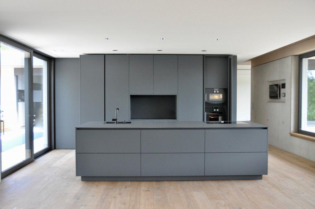 Puristische Küche in Grau - Küchen - Referenzen - La Cucina é Casa ...