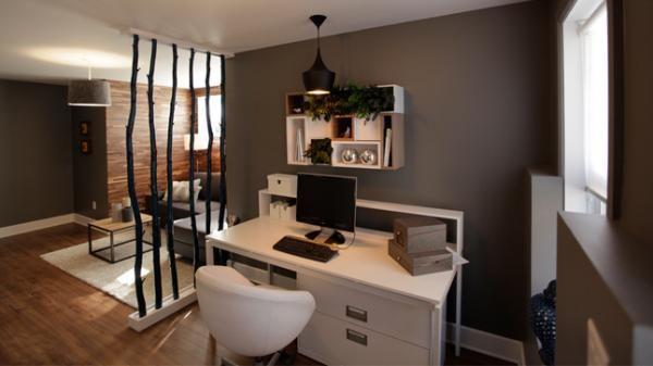 Un salon et un bureau dans le sous sol sous sol basement